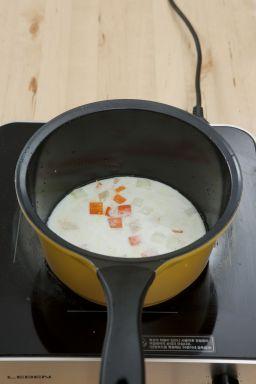 4. ③의 채소가 어느 정도 익으면 우유 2컵을 넣어 끓인다.
