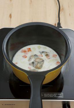 5. 우유가 끓고 감자가 거의 익으면 홍합살을 넣어 끓인다.