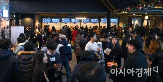 성탄절인 25일 서울 용산CGV에서 영화 관람에 나선 고객들로 북적이고 있다./강진형 기자aymsdream@