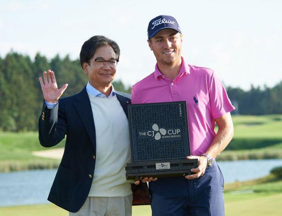 이재현 CJ그룹 회장이 한국 최초의 PGA투어 더CJ컵(1회 대회) 챔프 저스틴 토머스와 기념 촬영을 하고 있는 모습.
