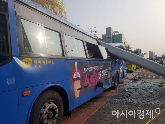 28일 오전 서울 강서구 등촌동 한 철거현장의 크레인이 전도, 시내버스를 덮치는 사고가 발생했다.(사진=김민영 기자)