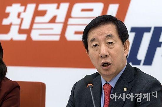 김성태 자유한국당 원내대표가 28일 국회에서 기자회견을 갖고 있다./윤동주 기자 doso7@