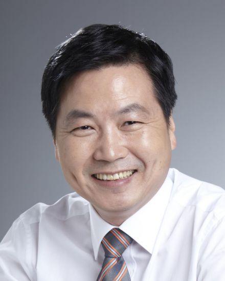"""홍종학 """"개방형 혁신창업국가 건설""""…中企 중심 경제 본격화"""