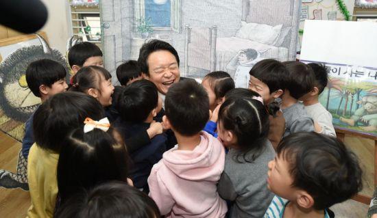 남경필 경기도지사가 어린이들에 둘러싸여 즐거운 시간을 보내고 있다.