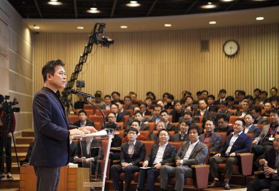 박정호 SK텔레콤 사장이 신년회에서 직원들의 질문에 답하고 있다.