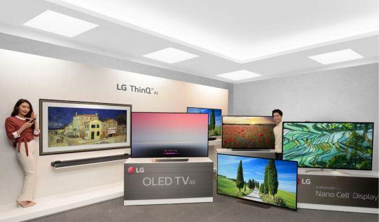 LG전자가 인공지능(AI)을 탑재한 '올레드 TV 씽큐(ThinQ)', '슈퍼 울트라HD TV 씽큐' 등 2018년형 '씽큐 TV'를 CES 2018에서 공개한다.  'LG 씽큐 TV'는 독자 인공지능 플랫폼인 '딥씽큐(DeepThinQ)'와 구글의 인공지능 비서 '구글 어시스턴트(Google Assistant)'를 탑재해 더욱 편리하고 다채로운 TV 사용 경험을 제공한다. LG전자 모델이 '씽큐 TV' 라인업을 소개하고 있다.