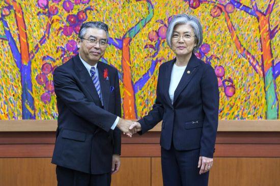 주미 일본 대사에 내정된 스기야마 신스케(왼쪽) 일본 외무성 사무차관이 지난해 10월 강경화 외무부 장관과 악수 하고 있다. [이미지출처=연합뉴스]