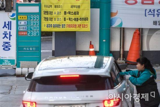 한국석유공사 유가 정보 서비스 오피넷에 따르면 지난해 12월 마지막 주 기준 전국 주유소 휘발유 가격은 전주보다 1.6원 오른 리터당 1,543.1원을 기록 22주 연속 올랐다. 3일 서울시내 한 주유소에 휘발유와 경유 등 기름 판매가격이 게시돼 있다./강진형 기자aymsdream@