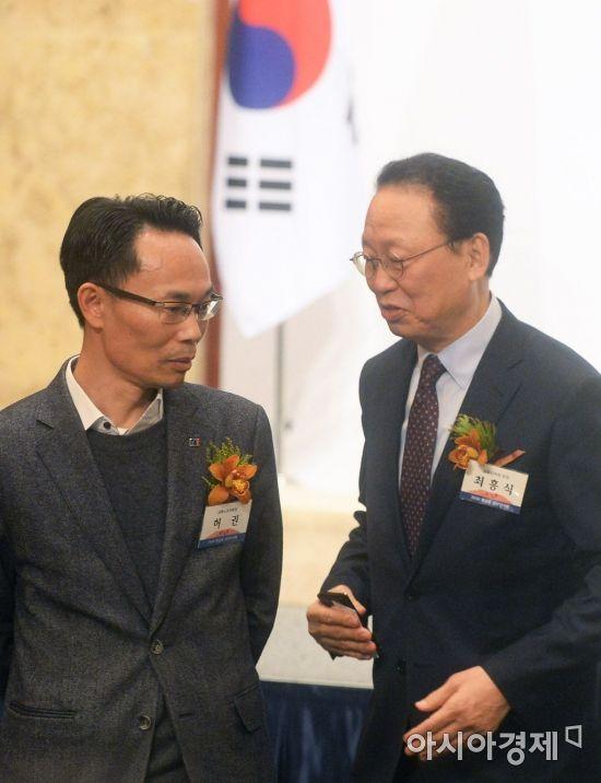 [포토]대화하는 최흥식 금융감독원장과 허권 금융노조위원장
