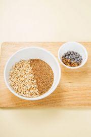 2. 퀴노아, 아마란스, 볶은 통율무, 해바라기씨, 초코칩을 섞는다.