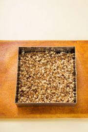 5. 유산지나 비닐봉지에 식용유를 약간 칠하고 재료를 부어 꾹꾹 눌러 모양을 잡아 차게 식혀서 먹기 좋은 크기로 썬다.