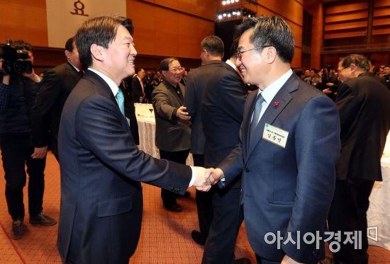 [포토] 악수하는 안철수 대표-김동연 경제부총리