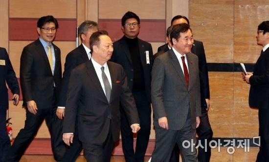[포토] 행사장으로 들어서는 이낙연 총리-박용만 회장