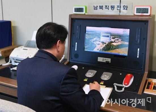 통일부 연락관이 3일 판문점에서 남북직통전화를 통해 북측에서 온 전화를 받고 있다.(사진=통일부)