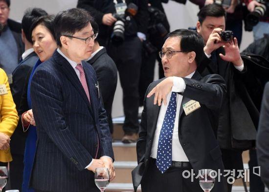 [포토]대화하는 윤부근 부회장-유영민 장관