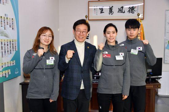 이재명 성남시장이 성남시청 빙상팀 소속 선수들과 화이팅을 하고 있다.