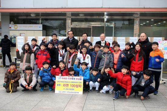 태권도복 입은 강북구 어린이 라면 2000개 기부