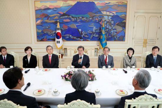 문재인 대통령이 지난해 10월25일 청와대 본관에서 미국·중국·일본·러시아 대사에게 신임장을 수여한 뒤 차담회에서 발언하고 있다.[사진=청와대]