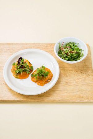 5. 김치전에 샐러드 채소를 얹고 마요네즈를 골고루 뿌린다.