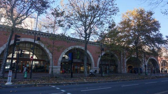 파리 '프롬나드 플랑테'. 과거 고가철길의 하부 아치 공간은 공방, 아틀리에, 카페 등 문화예술 및 상업공간으로 활용되고 있다.