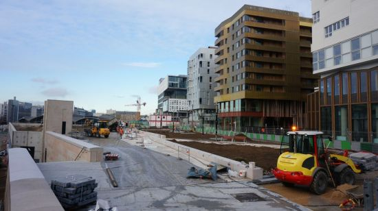 파리 리브고슈 지구 내 공사 중인 현장. 왼편의 기존 주거지역인 13구와 오른편의 인공지반 위 새 건물이 있는 지구 경계선이다.