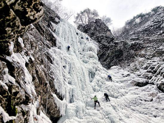 강원도 춘천 구곡폭포 빙벽을 오르는 사람들