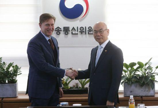 케빈 마틴 페이스북 부사장(왼쪽)과 이효성 방송통신위원장.