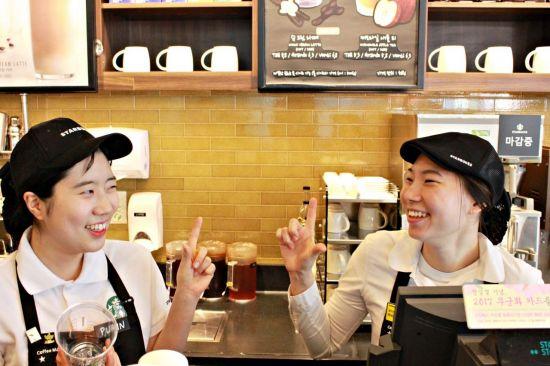 성신여대정문점에서 수퍼바이저로 근무중인 조민아 청각장애인 바리스타(오른쪽).