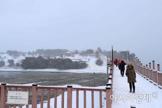지난 10일부터 전남지역에 폭설이 내리면서 완도군에도 많은 눈이 내려 이색적인 풍경을 자아내고 있다. 사진은 완도 장도 청해진 유적지를 찾은 설경 관광객들 모습  사진제공=완도군