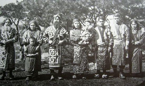홋카이도와 쿠릴열도, 사할린, 캄차카 반도 일대에 살던 원주민, 아이누족의 모습.(사진=위키피디아)
