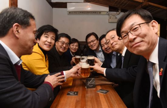 경제장관들, 한 자리에 모여 즉석 호프미팅…일자리·최저임금 논의