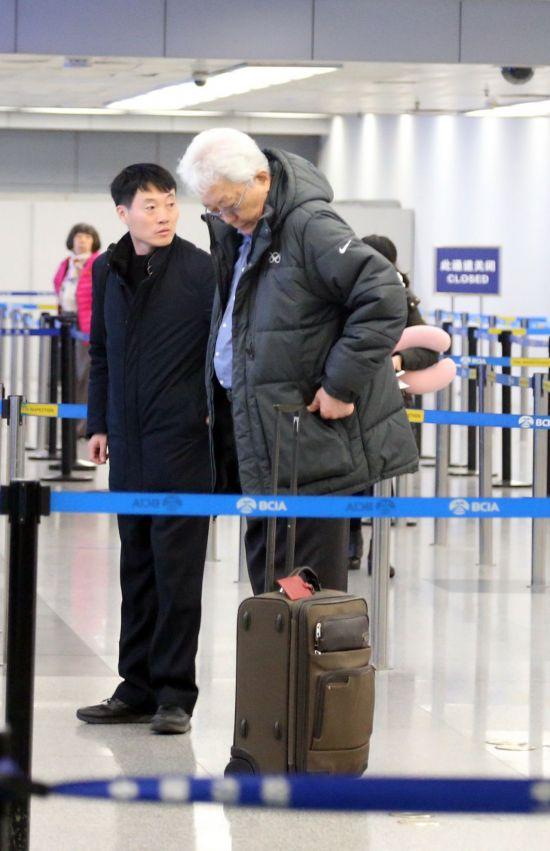 북한의 평창 동계올림픽 참가를 논의하기 위해 국제올림픽위원회(IOC) 본부가 있는 스위스 로잔을 방문했던 장웅 북한 IOC 위원이 13일 오전 중국 베이징 서우두 국제공항을 경유해 평양으로 떠나고 있다. [이미지출처=연합뉴스]