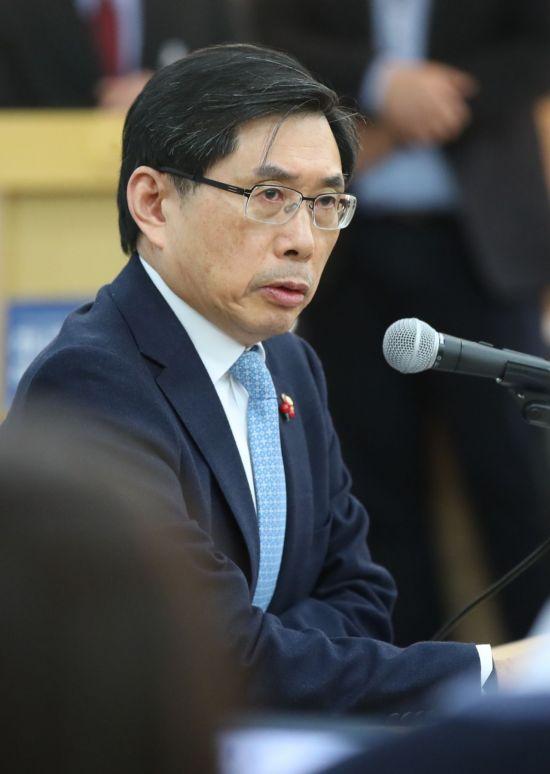 박상기 법무부장관이 지난 11일 오전 정부과천청사에서 열린 기자간담회에서 질문에 답하고 있다. 박 장관은 이날 가상통화 거래소 폐쇄를 검토한다는 발언을 했다. [이미지출처=연합뉴스]