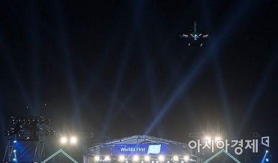 [포토] 서울의 밤 하늘 날아오른 5G 드론
