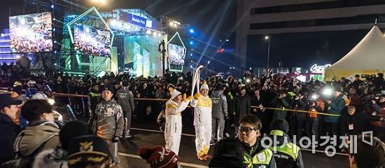 [포토] 광화문광장 도착한 평창올림픽 성화
