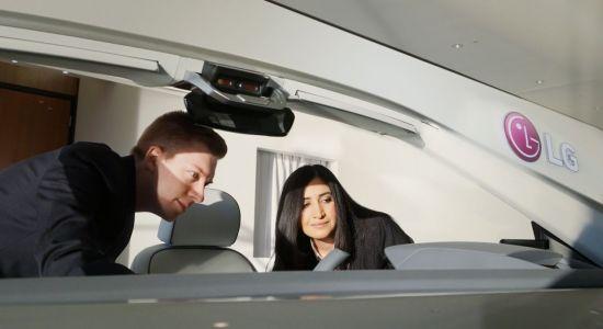 LG전자가 2년 연속 디트로이트 모터쇼에 참가, 14일부터 18일까지 글로벌 완성차 고객들을 대상으로 자동차 핵심 부품을 전시하는 비공개 부스를 운영한다. 사진은 LG전자 직원이 부스에 전시된 디지털 콕핏(Digital Cockpit)을 소개하는 모습.