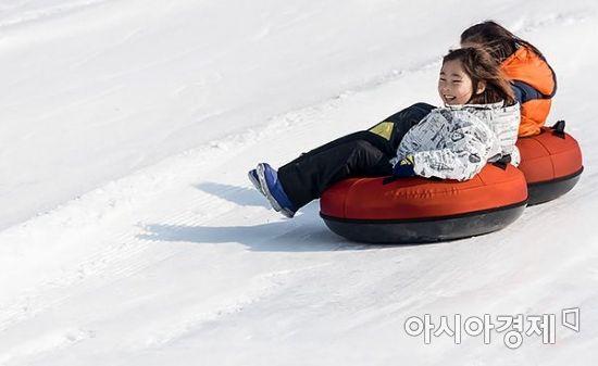 [포토] 평년기온 회복, '즐거운 눈썰매장으로~'