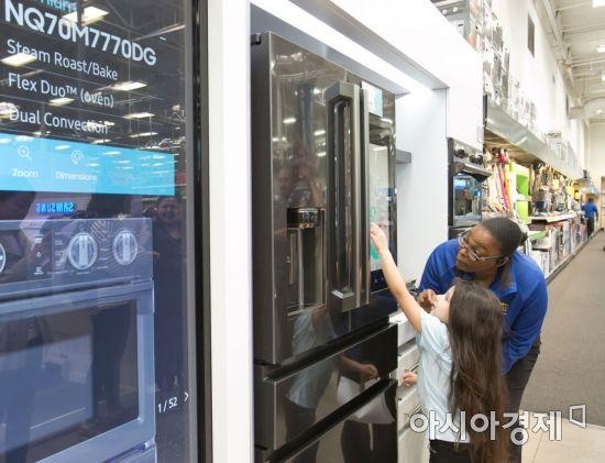 ▲미국 가전 매장 베스트바이에서 직원이 어린이에게 삼성 패밀리허브 냉장고 사용법을 알려주고 있다. (제공=삼성전자)