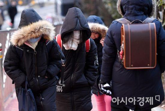 서울 지역 올 겨울 첫 한파 경보가 내려진 24일 서울 성동구 옥수초등학교 학생들이 두꺼운 옷을 껴입고 등교하고 있다./김현민 기자 kimhyun81@