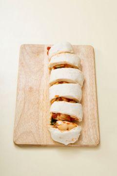 5. 반죽을 가장자리부터 말아 5cm 폭으로 잘라 기름칠한 베이킹틀에 동그란 모양으로 넣은 다음 40℃의 오븐에서 40분 정도 2차 발효시킨다.