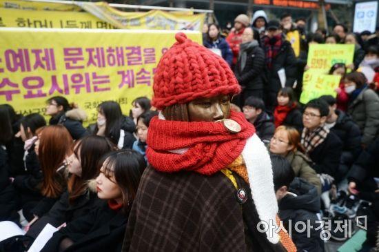31일 서울 종로구 주한 일본대사관 앞 평화로에서 열린 일본군 성노예제 문제해결을 위한 제1320차 정기 수요시위에 참가한 시민들이 일본 정부의 공식 사죄를 촉구하고 있다. /문호남 기자 munonam@