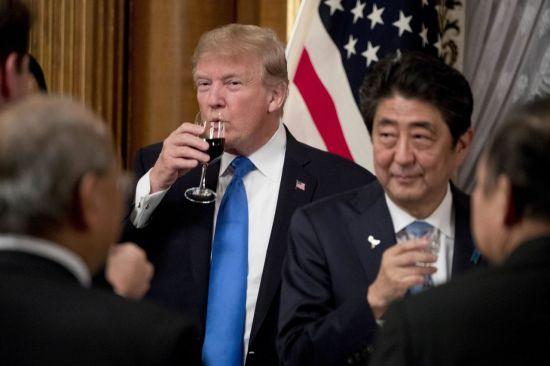 아베 신조 일본 총리(왼쪽)와 도널드 트럼프 미국 대통령 [이미지출처=AP연합뉴스]