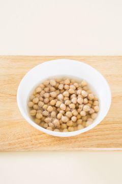 1. 병아리콩은 씻어 볼에 담고 물 1컵을 부어 3시간 정도 불린다.  (Tip 시간이 없을 때에는 냄비에 넣고 10분 정도 삶으면 된다.)