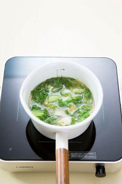 3. 냄비에 물 3컵을 넣고 끓여 끓어오르면 양념한 봄동을 넣고 센 불로 끓인다. 국물이 끓으면 중간 불로 줄여 7~8분 정도 끓인다.
