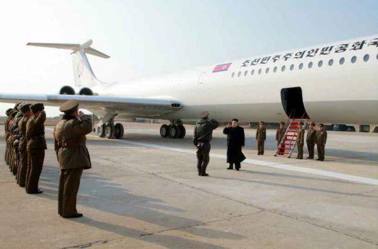 지난 2015년, 김정은 위원장이 군부대 시찰 당시 전용기에서 내리는 모습. 김 위원장의 공식 전용기는 북한에서 '참매 1호'라 불리며, 구소련제 IL-62기종의 비행기다.(사진=연합뉴스)