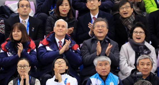 문재인 대통령 내외가 마이크 펜스 미국 부통령 내외와 10일 강릉 아이스아레나에서 열린 2018 평창동계올림픽 쇼트트랙 남자, 여자 예선전을 관람 하고 있다. (사진=연합뉴스)