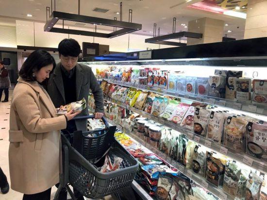 2월11일 서울 서초구 반포동 신세계백화점 강남점 지하 1층 식품관에서 한 고객이 가정간편식을 살펴보고 있다. 이선애 기자 lsa@