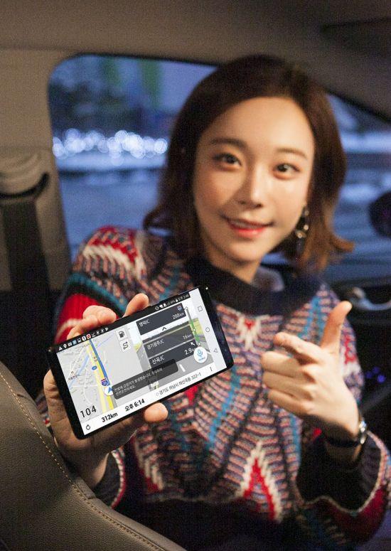 SK텔레콤은 전방 사고 징후를 뒤따르는 차량에게 일제히 경고하는 기술 'T맵 V2X(Vehicle to Everything)'를 모바일 내비게이션 T맵에서 13일 상용화했다고 밝혔다.