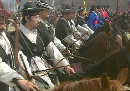 KBS 사극 '불멸의 이순신'에 묘사됐던 포졸입은 조선군 기병모습. 과거 주요 사극에서는 병종을 가리지 않고 장수를 제외한 모든 조선군은 포졸복만 입고 싸운 것으로 묘사됐다.(사진=KBS 드라마 '불멸의 이순신' 장면 캡쳐)