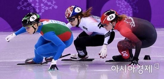 쇼트트랙 국가대표 최민정(가운데)이 13일 강원도 강릉 아이스아레나에서 열린 2018 평창동계올림픽 여자 500m 결승에서 캐나다 보탱 킴과 충돌하고 있다./강릉=김현민 기자 kimhyun81@